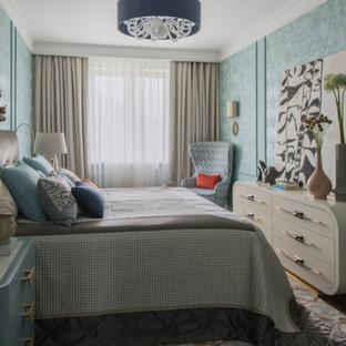 Свежая идея для дизайна: хозяйская спальня в стиле современная классика с коричневым полом - отличное фото интерьера