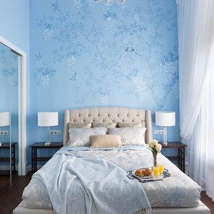Стильный дизайн: маленькая хозяйская спальня в классическом стиле с темным паркетным полом, синими стенами и коричневым полом - последний тренд