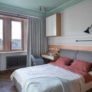Неиссякаемый источник вдохновения для домашнего уюта: хозяйская спальня среднего размера в современном стиле с белыми стенами, паркетным полом среднего тона и коричневым полом