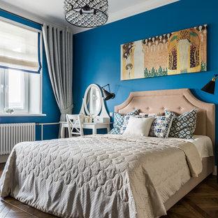 На фото: хозяйская спальня среднего размера в стиле современная классика с синими стенами, темным паркетным полом, коричневым полом и многоуровневым потолком без камина
