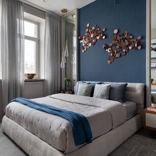 Стильный дизайн: хозяйская спальня среднего размера в современном стиле с синими стенами, паркетным полом среднего тона и коричневым полом без камина - последний тренд