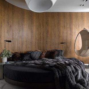 Новые идеи обустройства дома: большая хозяйская спальня в современном стиле с коричневыми стенами, полом из керамогранита и серым полом
