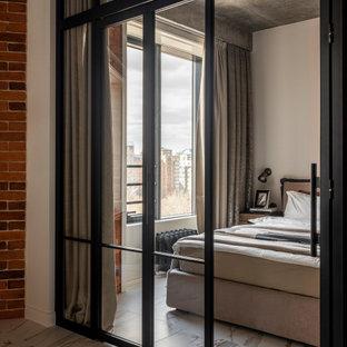 Industrial Schlafzimmer mit grauer Wandfarbe, weißem Boden und Ziegelwänden in Moskau