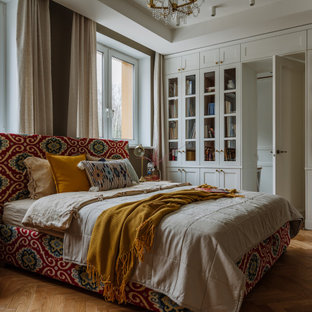 Idéer för att renovera ett nordiskt sovrum, med vita väggar, mellanmörkt trägolv och brunt golv