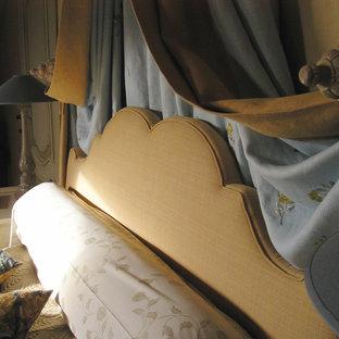 Ejemplo de habitación de invitados mediterránea, pequeña, con paredes amarillas y suelo de madera en tonos medios