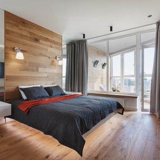 Идея дизайна: хозяйская спальня среднего размера в современном стиле с паркетным полом среднего тона, коричневым полом и серыми стенами