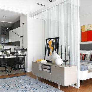 Неиссякаемый источник вдохновения для домашнего уюта: хозяйская спальня в современном стиле с белыми стенами, паркетным полом среднего тона и коричневым полом