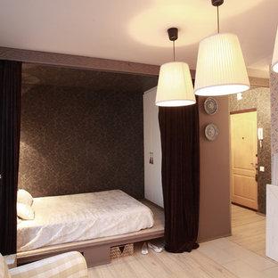 Diseño de dormitorio tipo loft, nórdico, pequeño, con paredes marrones, suelo laminado, marco de chimenea de madera y suelo beige