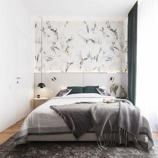 Стильный дизайн: хозяйская спальня в современном стиле с паркетным полом среднего тона, разноцветными стенами и бежевым полом - последний тренд