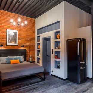 Свежая идея для дизайна: хозяйская спальня в стиле лофт с темным паркетным полом без камина - отличное фото интерьера