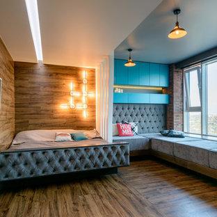 Стильный дизайн: спальня в современном стиле с коричневыми стенами, полом из ламината и коричневым полом - последний тренд