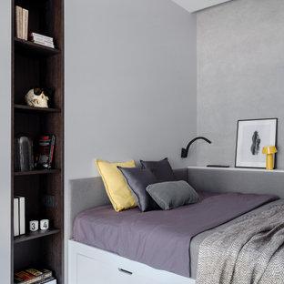 На фото: спальня в современном стиле с серыми стенами, светлым паркетным полом и бежевым полом