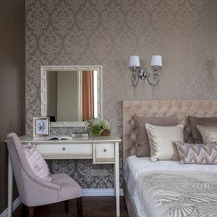 Стильный дизайн: спальня в классическом стиле с паркетным полом среднего тона, коричневым полом и бежевыми стенами - последний тренд