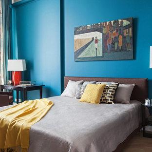 Стильный дизайн: спальня в современном стиле с синими стенами, паркетным полом среднего тона и коричневым полом - последний тренд