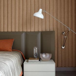 Новый формат декора квартиры: хозяйская спальня в современном стиле с темным паркетным полом и бежевыми стенами