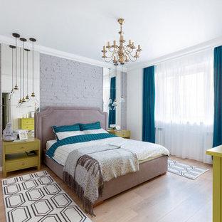 Идея дизайна: хозяйская спальня среднего размера в современном стиле с белыми стенами, полом из ламината, бежевым полом и синими шторами