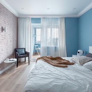 На фото: гостевая спальня среднего размера в современном стиле с бежевым полом, синими стенами и полом из ламината