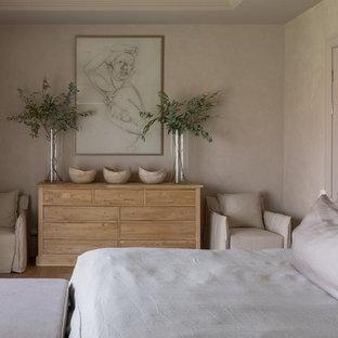 Идея дизайна: спальня в средиземноморском стиле с бежевыми стенами, светлым паркетным полом и коричневым полом