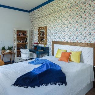 На фото: спальня среднего размера в классическом стиле с паркетным полом среднего тона, коричневым полом и разноцветными стенами с