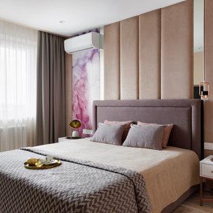 Стильный дизайн: хозяйская спальня в современном стиле с бежевыми стенами, паркетным полом среднего тона и бежевым полом - последний тренд