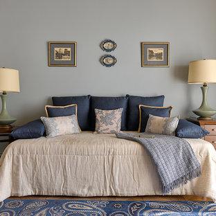 Идея дизайна: спальня в стиле современная классика с серыми стенами, паркетным полом среднего тона и коричневым полом