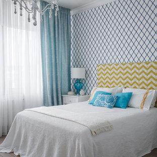 Идея дизайна: спальня в современном стиле с коричневым полом и паркетным полом среднего тона