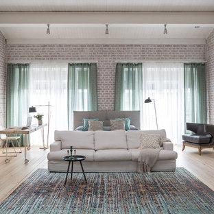 Стильный дизайн: хозяйская спальня в стиле фьюжн с светлым паркетным полом и бежевым полом - последний тренд