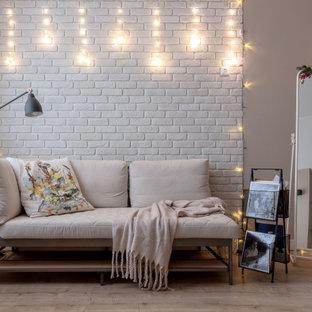 他の地域の中くらいのコンテンポラリースタイルのおしゃれな寝室 (グレーの壁、茶色い床、レンガ壁)