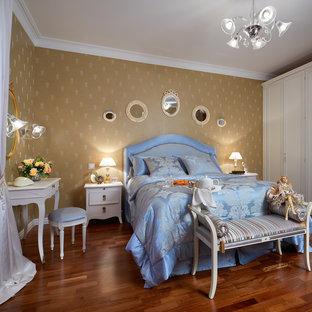 Новые идеи обустройства дома: спальня среднего размера в классическом стиле с паркетным полом среднего тона и бежевыми стенами без камина для хозяев