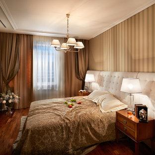 Новые идеи обустройства дома: хозяйская спальня среднего размера в классическом стиле с паркетным полом среднего тона и бежевыми стенами без камина