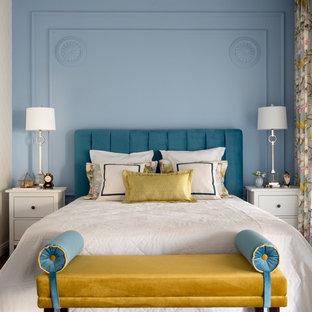 На фото: спальня в стиле современная классика с синими стенами, темным паркетным полом и коричневым полом