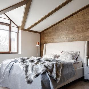 Неиссякаемый источник вдохновения для домашнего уюта: большая хозяйская спальня в стиле рустика с бежевыми стенами, паркетным полом среднего тона, бежевым полом и балками на потолке
