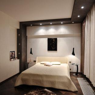 Ejemplo de dormitorio actual con suelo de corcho y suelo marrón