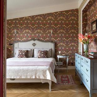 Новые идеи обустройства дома: гостевая спальня среднего размера в викторианском стиле с светлым паркетным полом и коричневыми стенами без камина