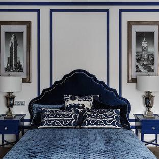 Создайте стильный интерьер: хозяйская спальня среднего размера в стиле современная классика с белыми стенами, темным паркетным полом и коричневым полом - последний тренд