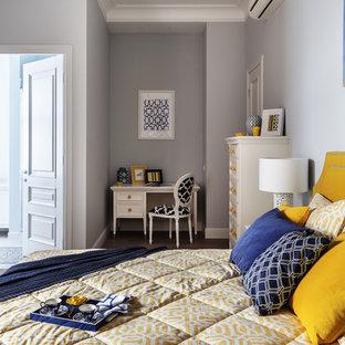 Пример оригинального дизайна интерьера: хозяйская спальня среднего размера в стиле современная классика с серыми стенами, темным паркетным полом и коричневым полом