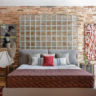 Modelo de dormitorio principal, bohemio, con paredes marrones, suelo de madera clara y suelo beige