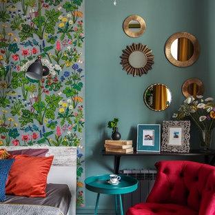 На фото: хозяйская спальня среднего размера в стиле фьюжн с разноцветными стенами, синим полом и ковровым покрытием с