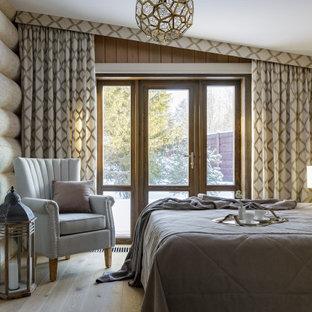 Неиссякаемый источник вдохновения для домашнего уюта: большая хозяйская спальня в стиле рустика с бежевыми стенами, паркетным полом среднего тона, бежевым полом и деревянными стенами без камина