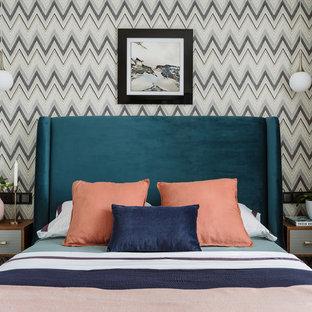 Неиссякаемый источник вдохновения для домашнего уюта: хозяйская спальня в современном стиле с разноцветными стенами без камина