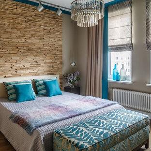 Foto di una camera matrimoniale minimal con pareti beige, pavimento marrone e pavimento in legno massello medio