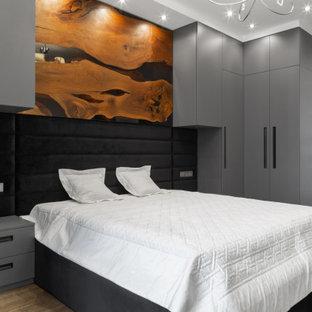 Неиссякаемый источник вдохновения для домашнего уюта: спальня в современном стиле с серыми стенами и коричневым полом