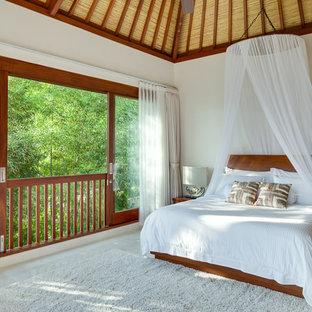 Пример оригинального дизайна: спальня в морском стиле с белыми стенами и бежевым полом