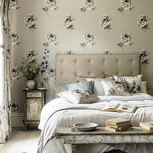 Идея дизайна: хозяйская спальня в стиле шебби-шик с бежевыми стенами и серым полом