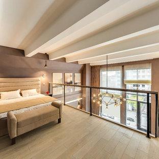 Modelo de dormitorio tipo loft, actual, con suelo de madera clara, suelo beige y paredes marrones