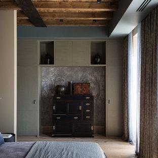На фото: хозяйская спальня среднего размера в стиле лофт с серыми стенами, светлым паркетным полом и бежевым полом с
