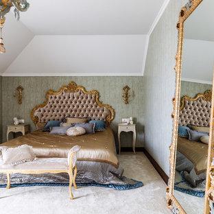 Неиссякаемый источник вдохновения для домашнего уюта: хозяйская спальня в викторианском стиле с зелеными стенами, ковровым покрытием и бежевым полом
