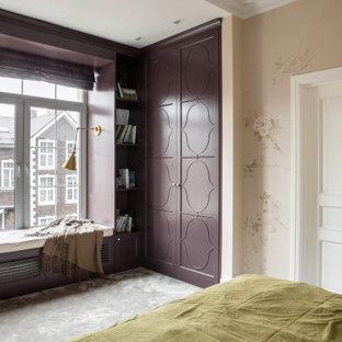 Пример оригинального дизайна: хозяйская спальня в стиле современная классика с бежевыми стенами, ковровым покрытием, серым полом и обоями на стенах без камина