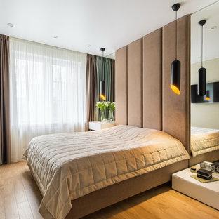 Идея дизайна: хозяйская спальня в современном стиле с светлым паркетным полом и бежевым полом