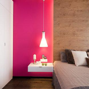 Diseño de dormitorio principal, contemporáneo, de tamaño medio, con paredes rosas, suelo laminado y suelo marrón